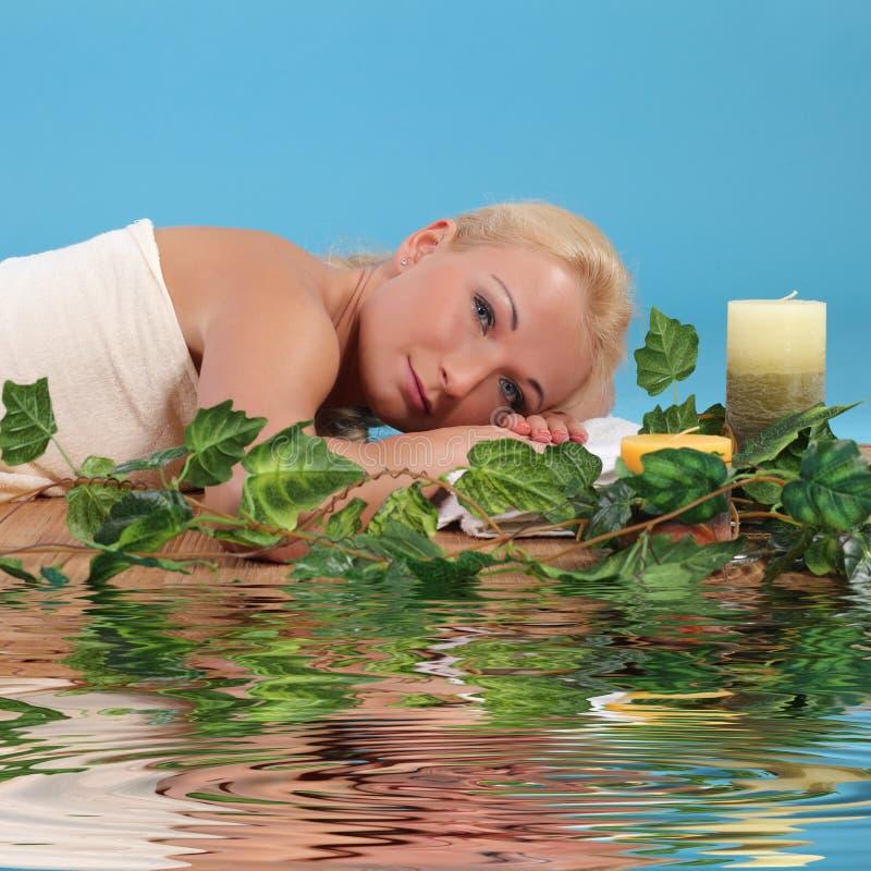 Femme détendant dans une station thermale photographie stock