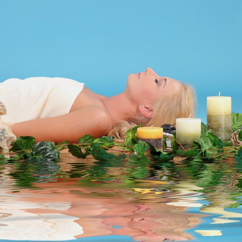 Femme détendant dans une station thermale photo stock