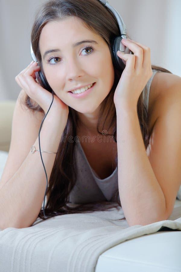 Femme détendant en musique photos stock