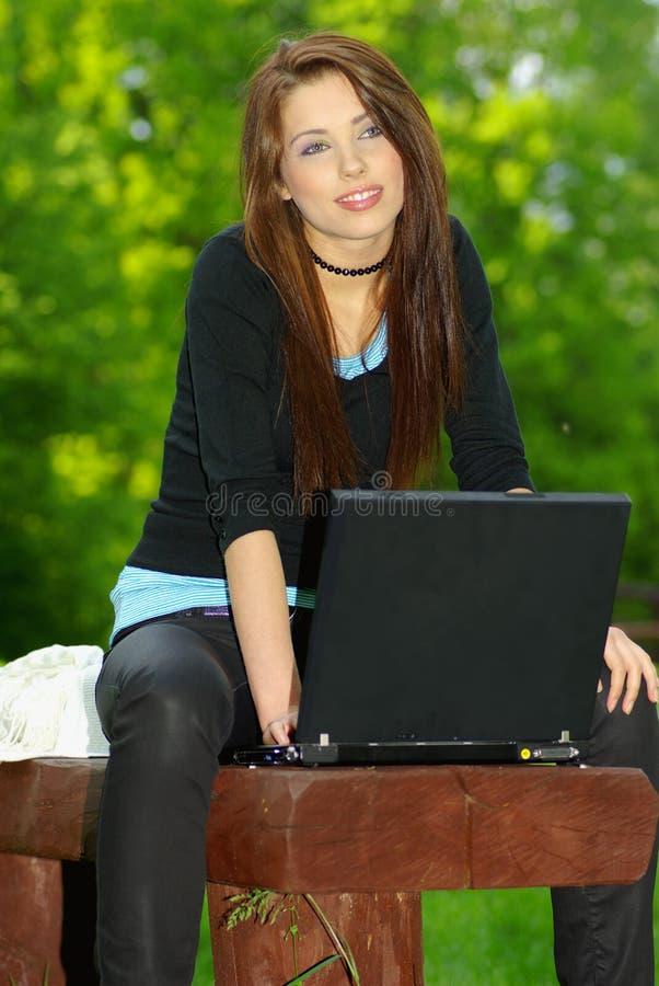 Femme détendant et travaillant images stock