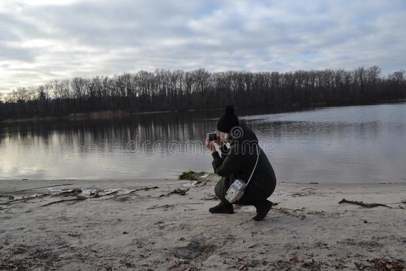 Femme détendant près de la rivière photo stock