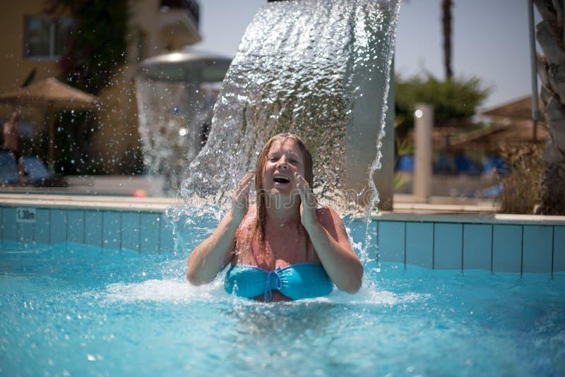 Femme détendant sous la fontaine photographie stock libre de droits