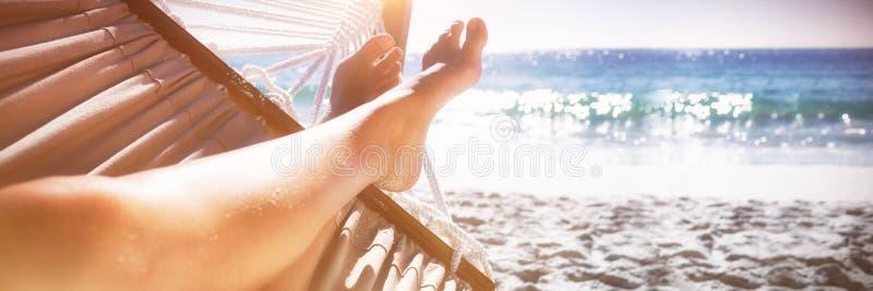 Femme détendant sur l'hamac photo libre de droits