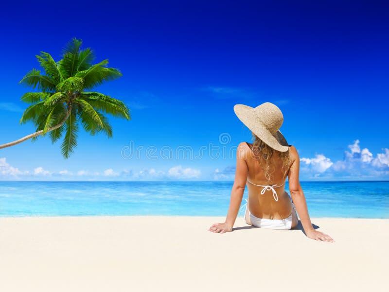 Femme détendant sur la plage images libres de droits