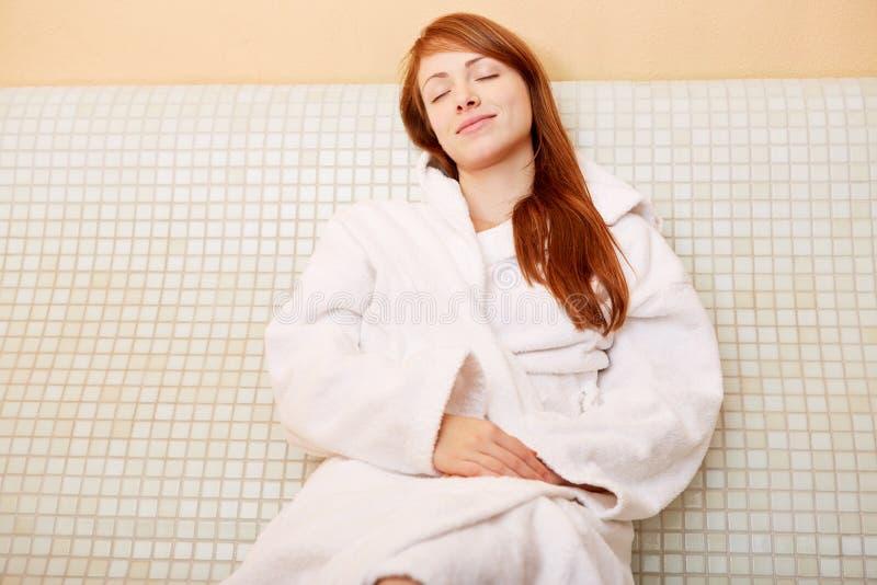 Femme détendant sur le banc heated images libres de droits