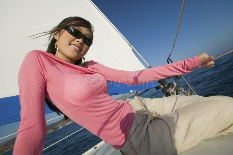 Femme détendant sur le bateau à voiles photos libres de droits