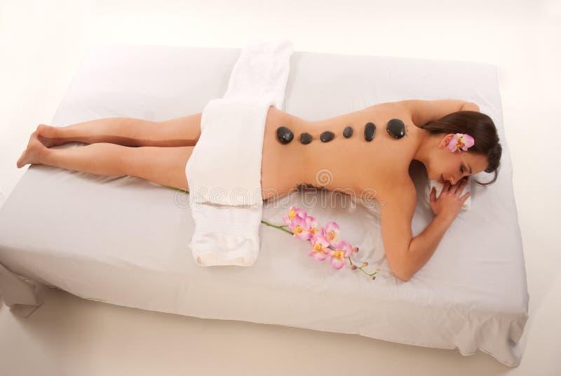 Femme détendant sur le Tableau de massage images libres de droits