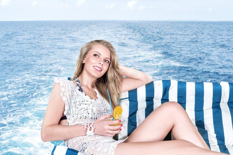 Femme détendant sur le yacht photo stock