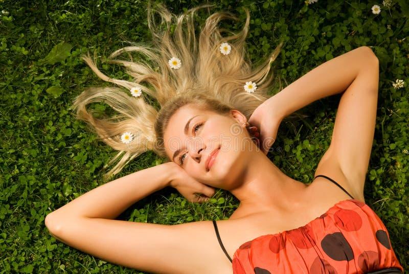 Femme détendant sur un pré images stock