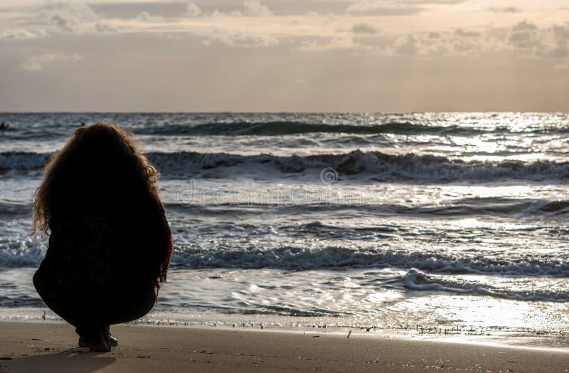 Femme détendue à Île de Tristan photographie stock libre de droits