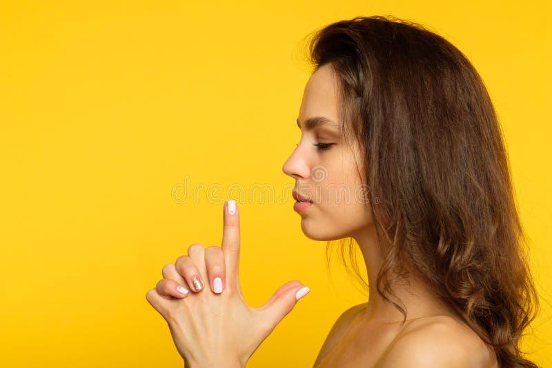 Femme déterminée sûre d'espion d'arme à feu femelle de doigt images libres de droits
