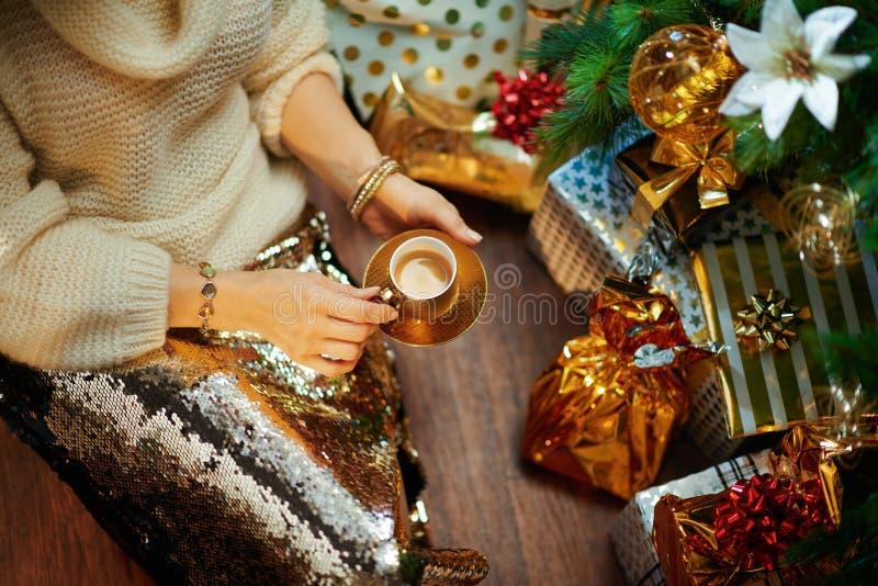 Femme d'âge moyen et élégante buvant une tasse d'expresso photos stock