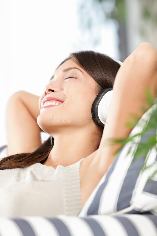 Femme d'écouteurs écoutant la musique images stock
