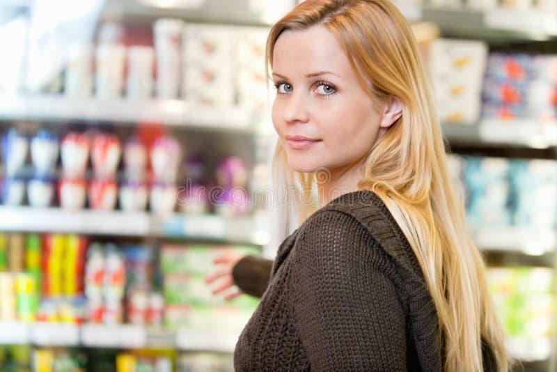 Femme d'épicerie image libre de droits