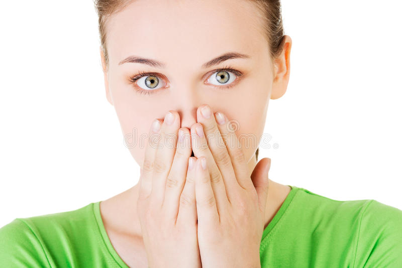 Femme d'étudiant couvrant sa bouche en raison de la honte photographie stock libre de droits