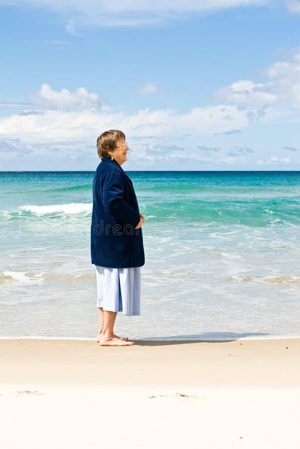 femme d'aîné de plage photographie stock libre de droits