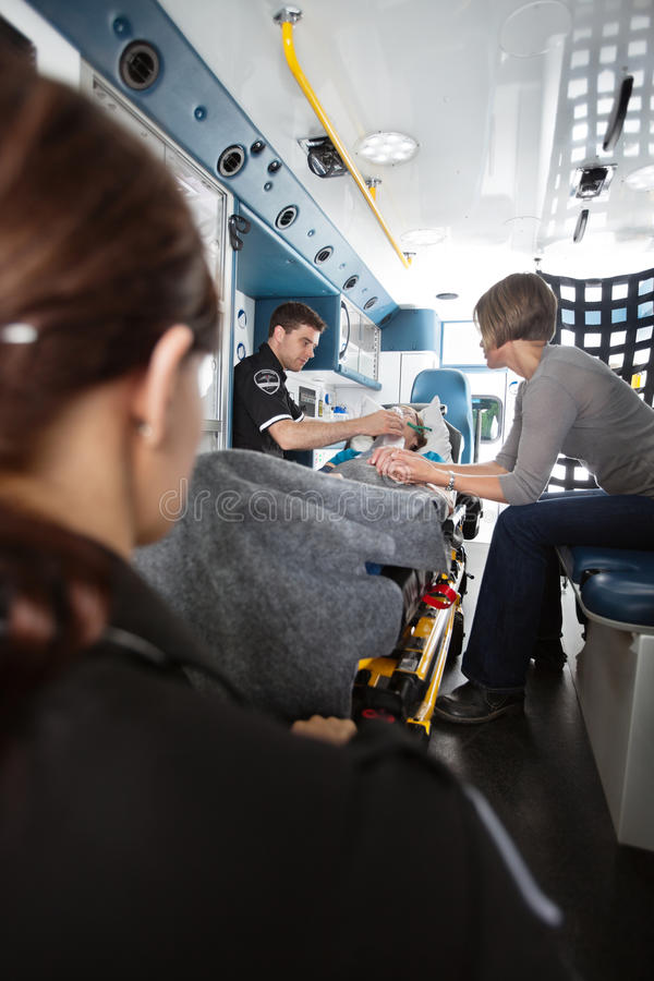 Femme d'aîné de soin d'ambulance photo stock