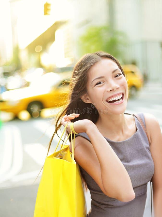 Femme d'achats à New York City photo stock