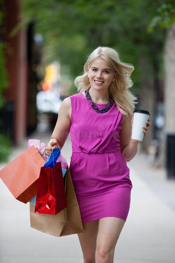 Femme d'achats avec du café images libres de droits