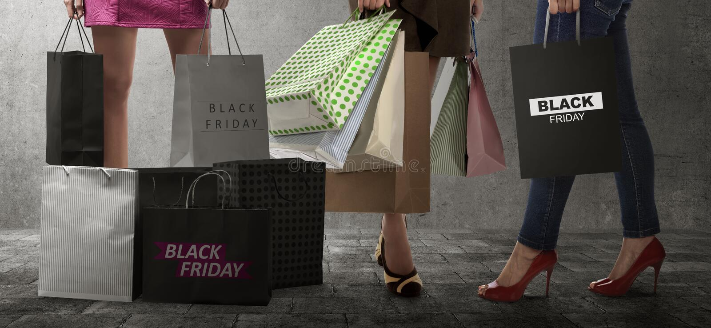 Femme d'achats avec le texte de sac en papier de Black Friday images libres de droits