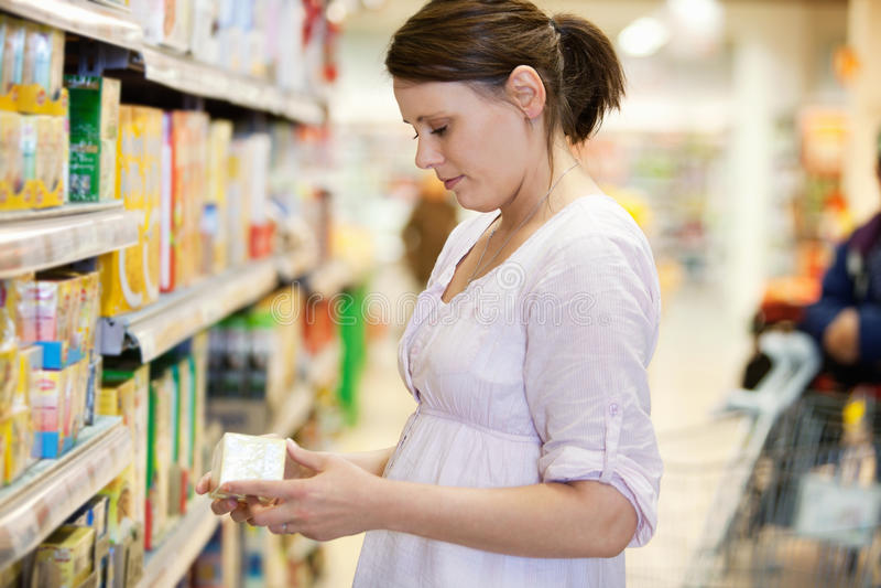 Femme d'achats dans le supermarché photographie stock libre de droits