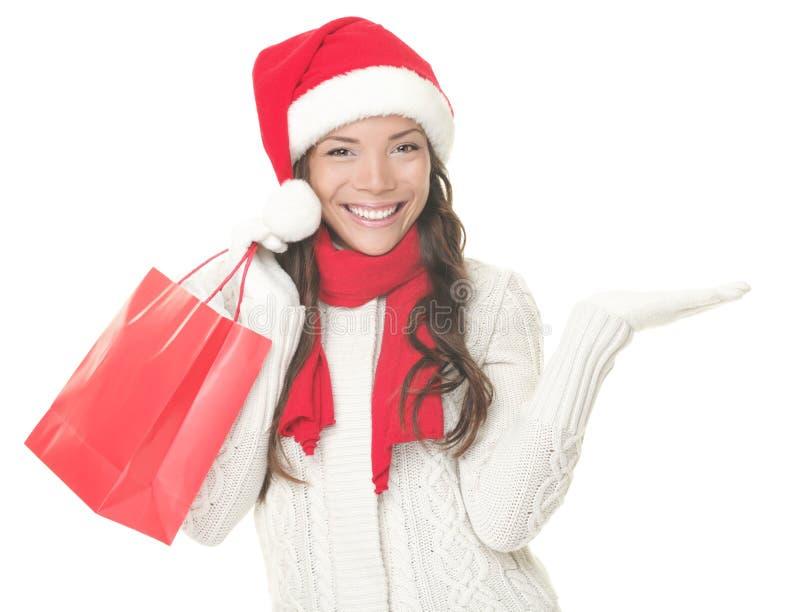 Femme d'achats de Noël affichant le copyspace excité images stock