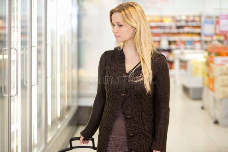 Femme d'achats de supermarché images libres de droits