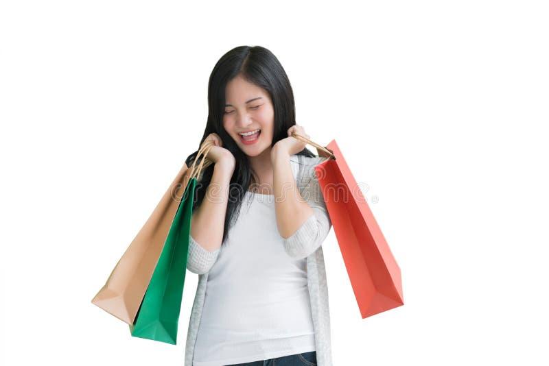 Femme d'achats jugeant des sacs d'isolement sur le fond blanc, consum photographie stock libre de droits