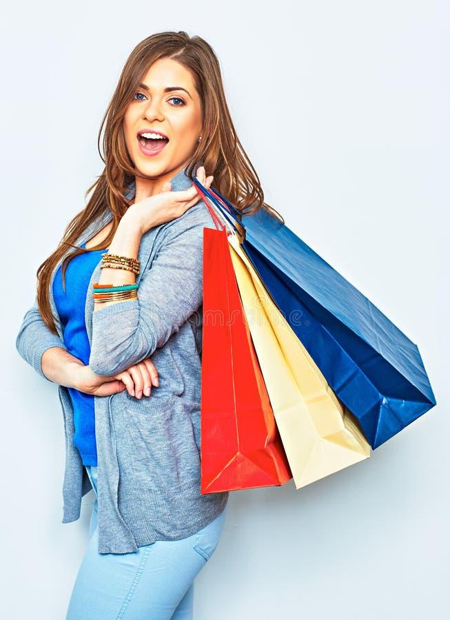 Femme d'achats tenant le sac sur l'épaule Jolie fille de sourire images stock