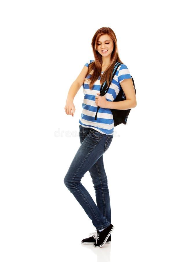 Femme d'adolescent avec le sac à dos se dirigeant pour soomething photographie stock