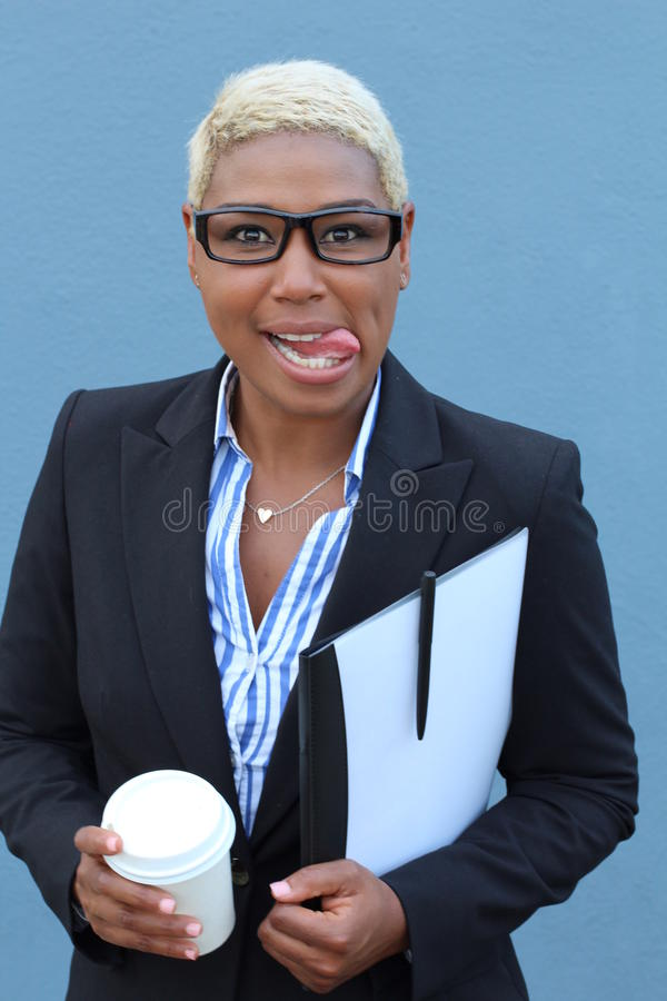 Femme d'affaire louche avec des verres faisant un visage drôle image stock