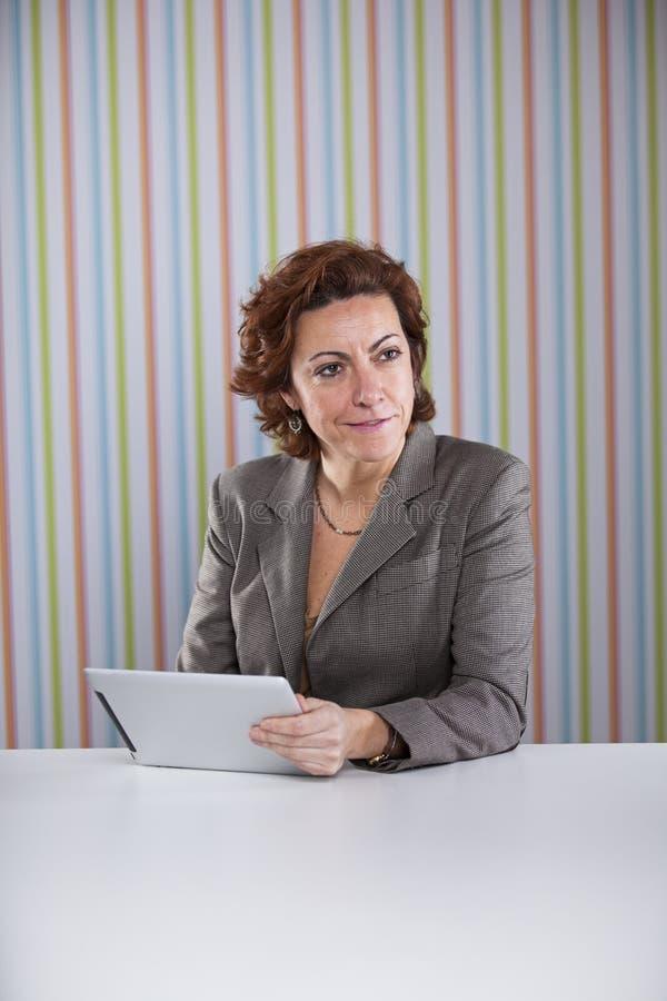 Femme d'affaires à l'aide d'un comprimé numérique images stock