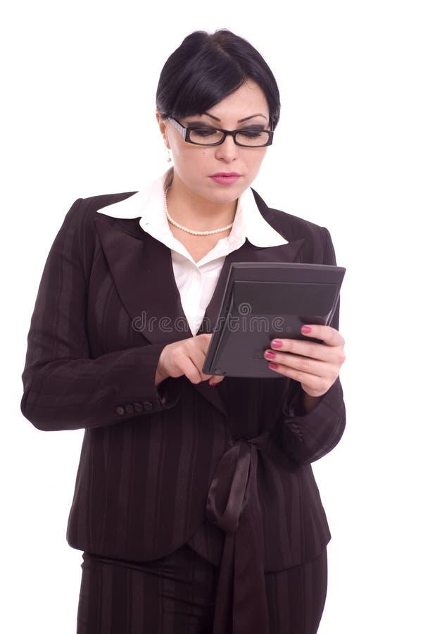 Femme d'affaires à l'aide d'un ordinateur de poche photos stock