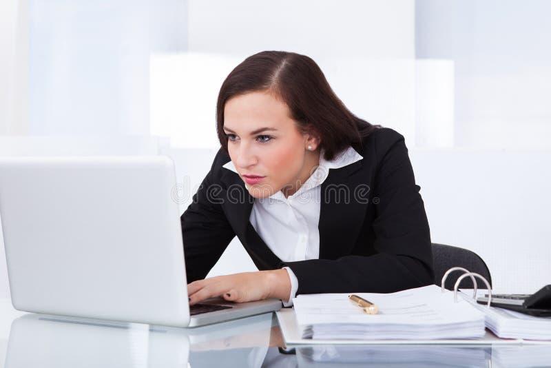 Femme d'affaires à l'aide de l'ordinateur portatif image libre de droits