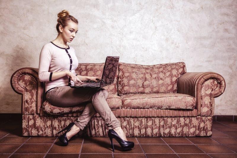 Femme d'affaires à l'aide de l'ordinateur Technologie à la maison d'Internet Photo de cru images stock