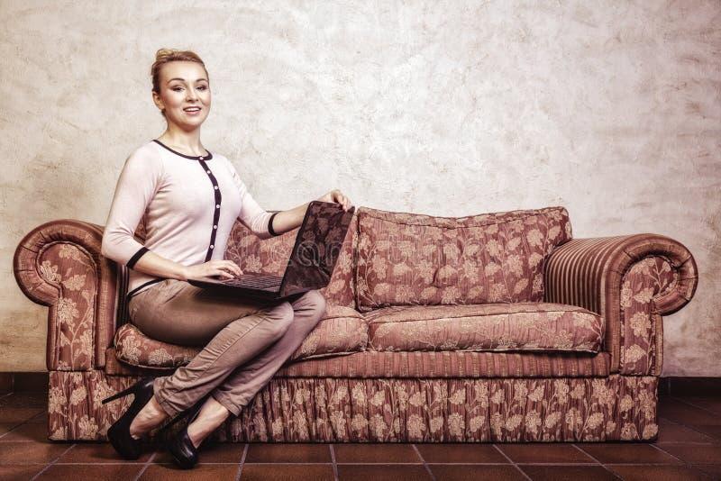 Femme d'affaires à l'aide de l'ordinateur. Technologie à la maison d'Internet. Photo de vintage. photographie stock libre de droits