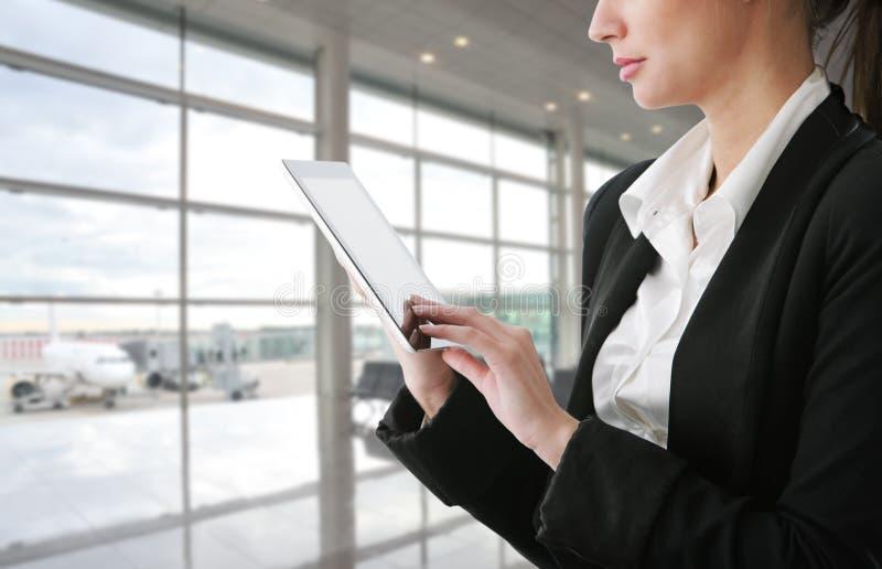 Femme d'affaires à l'aide de la tablette image stock