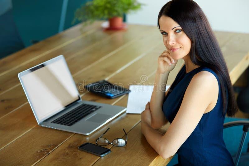 Femme d'affaires à l'aide de son ordinateur portable au bureau Affaires Peo images stock