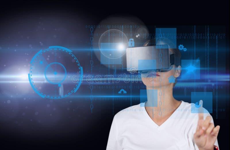 Femme d'affaires à l'aide du casque virtuel sur le fond foncé photo stock