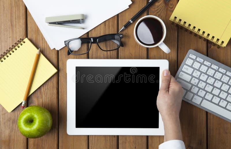 Femme d'affaires à l'aide du PC de comprimé sur sa table de bureau image stock