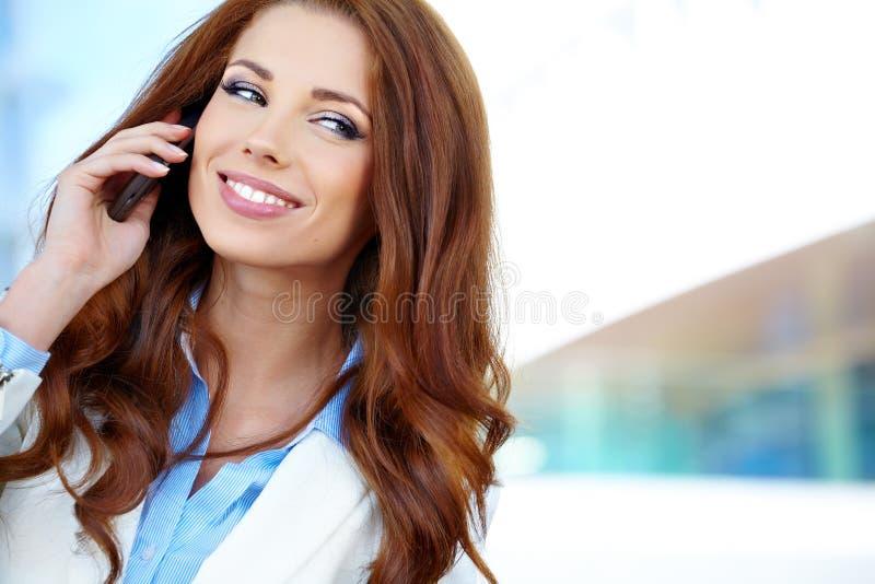 Femme d'affaires à l'aide du téléphone portable images stock