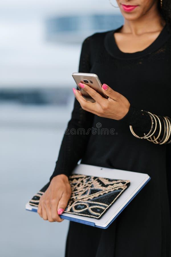 Femme d'affaires à l'aide du téléphone portable pour le message textuel images stock