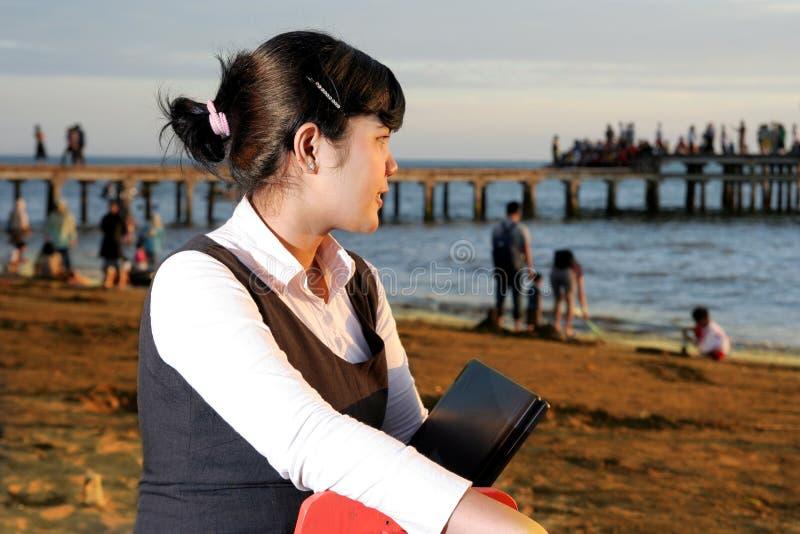 Femme d'affaires à la plage photographie stock libre de droits