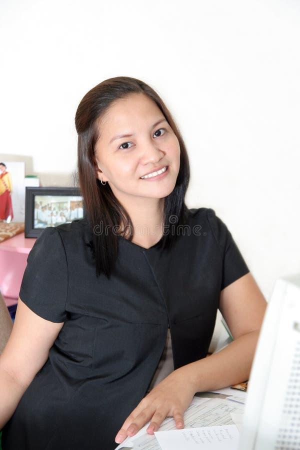 Femme d'affaires à son bureau photos stock