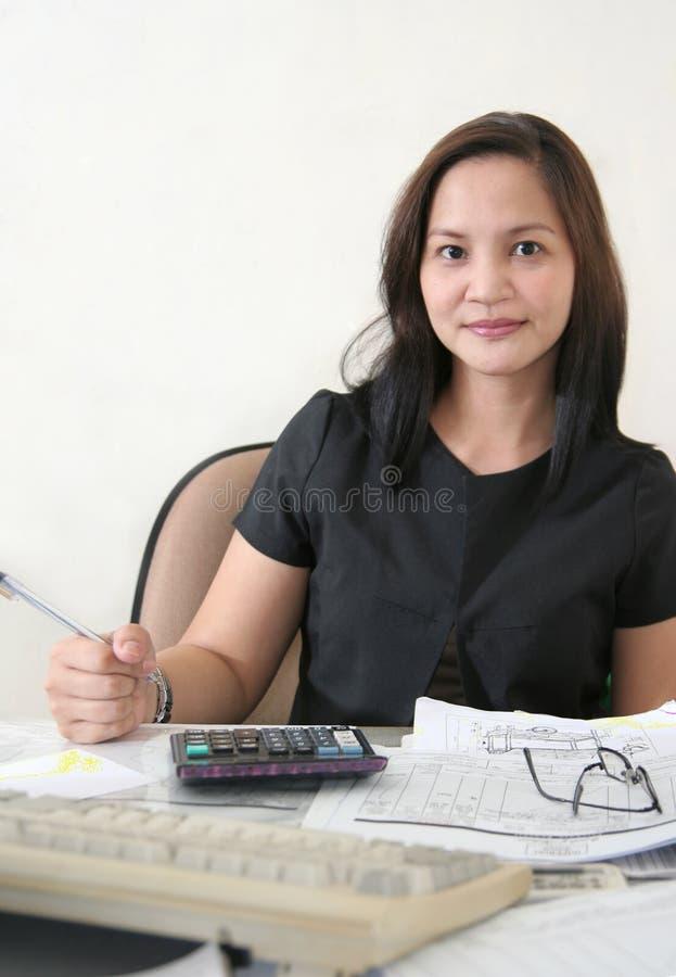 Femme d'affaires à son bureau photographie stock libre de droits