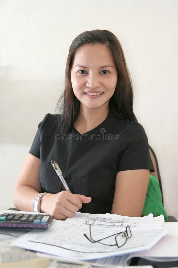 Femme d'affaires à son bureau image stock