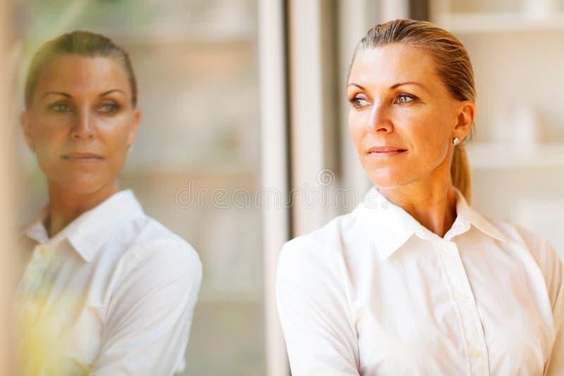 Femme d'affaires âgée par milieu photos stock