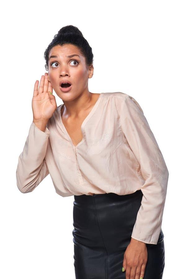 Femme d'affaires écoutant le bavardage photos libres de droits
