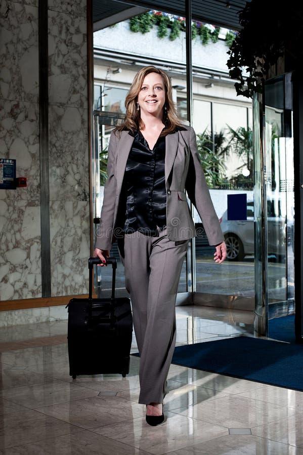 Femme d'affaires élégante entrant dans l'hôtel photographie stock
