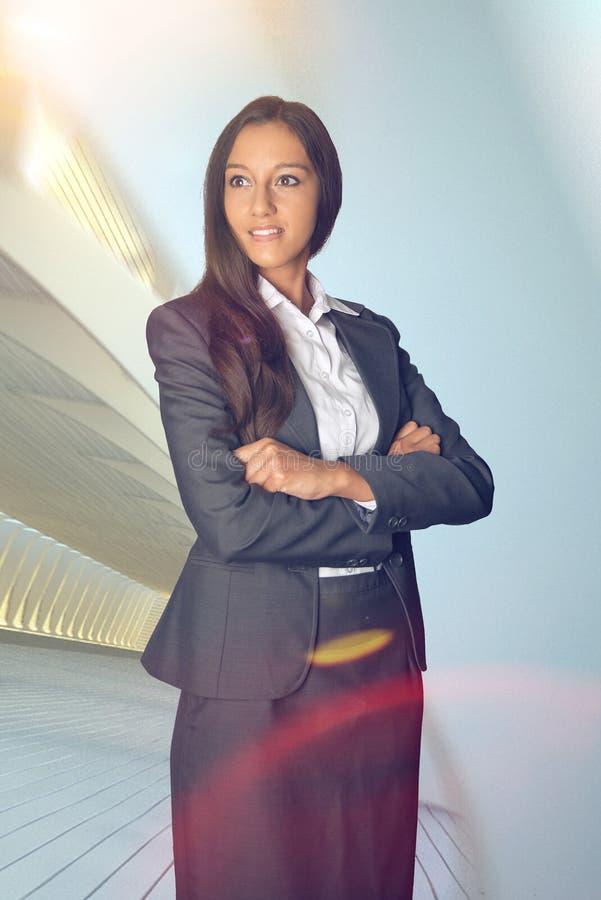 Femme d'affaires élégante se tenant rêvassante photos libres de droits